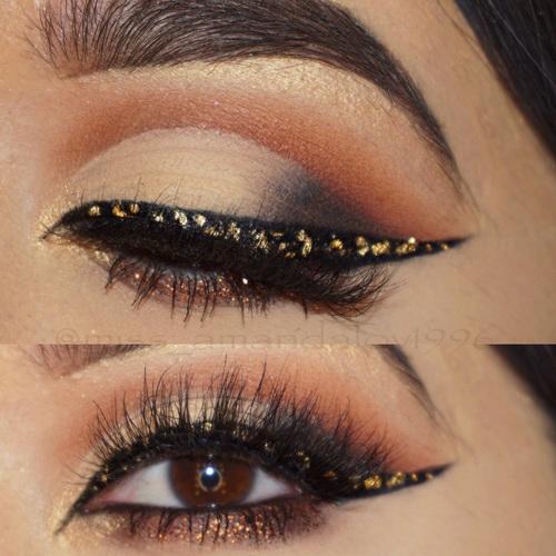 delineado con brillo dorado - Tips de maquillaje para las fiestas navideñas en color dorado