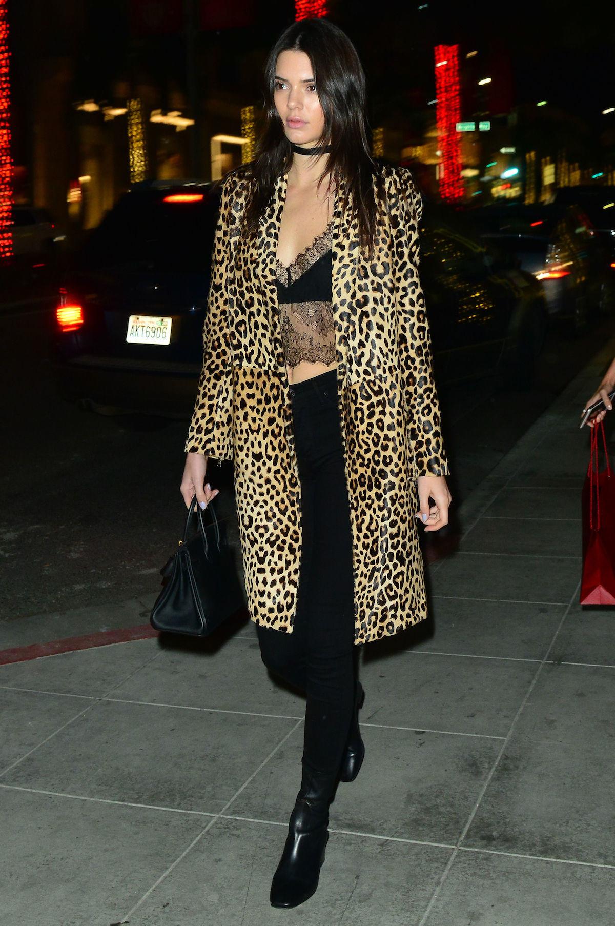 kendall con crop top - Los Mejores Looks De Invierno De Kendall Jenner
