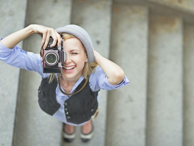 Resultado de imagen para mujer feliz de viaje