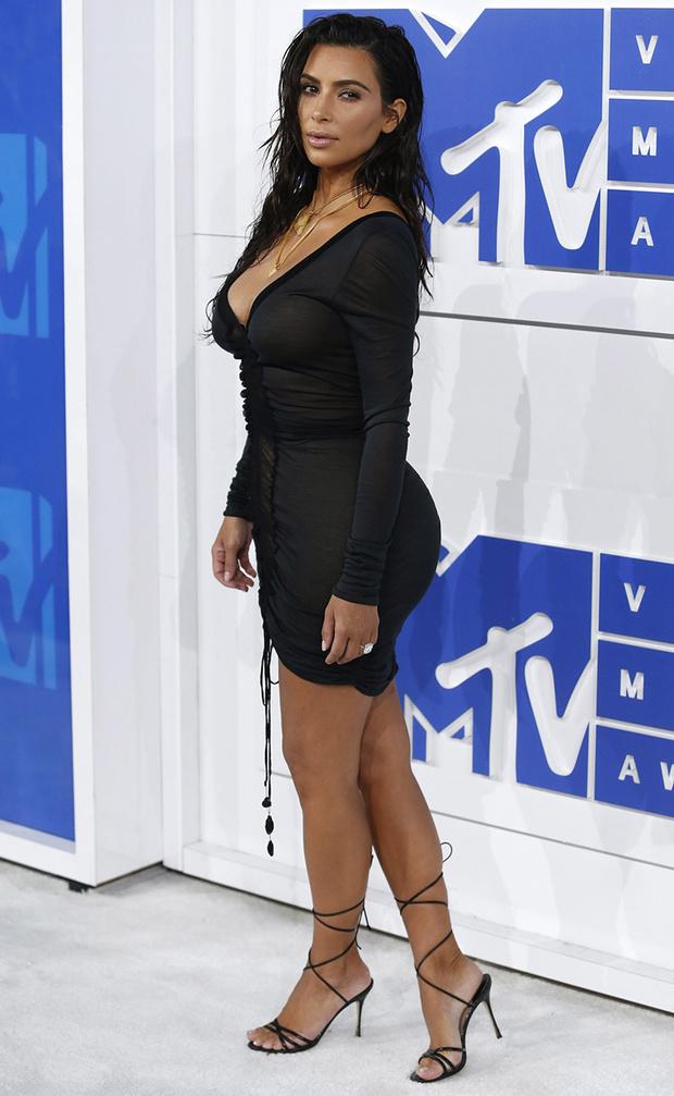 Kim Kardashian Se Maquilla Tambien Otras Partes De Su Cuerpo