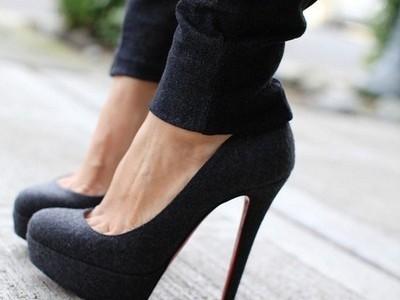 zapatos negros - Prendas Básicas Que No Deben Faltar En Tu Closet