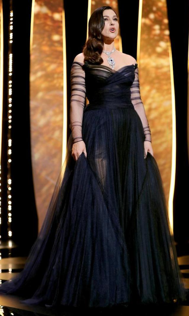 vestido oscuro elegante copia - Los Vestidos Mas Hermosos De Cannes 2017