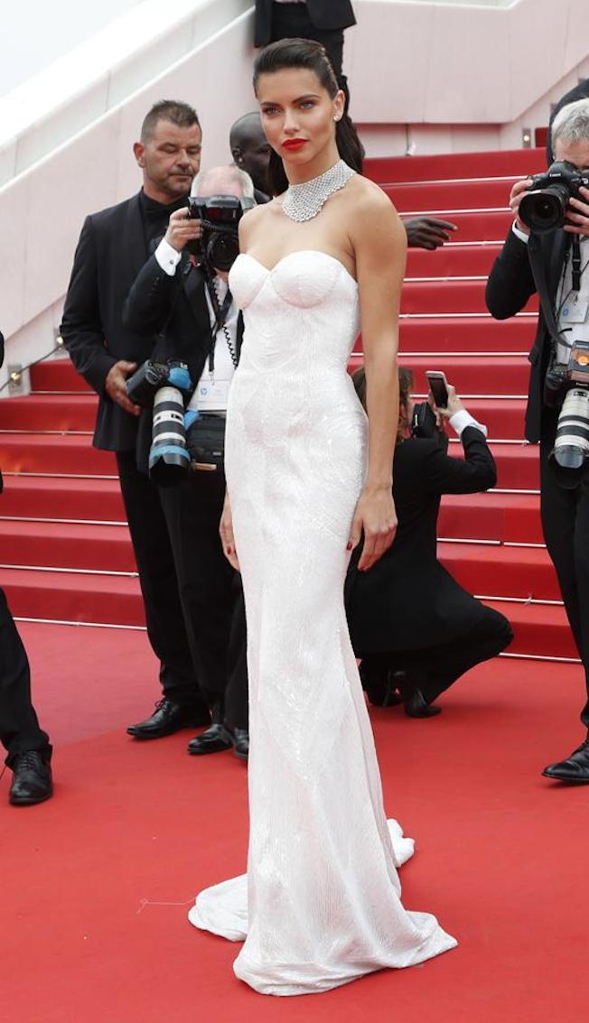 vestido sirena blanco - Los Vestidos Mas Hermosos De Cannes 2017