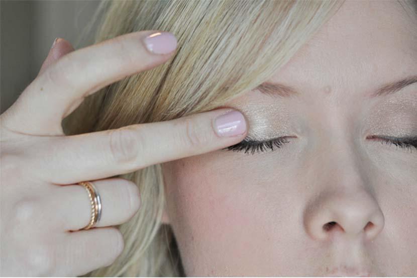 maquillaje con dedo - 12 Trucos De Belleza Que Harán Tu Vida Mas Fácil