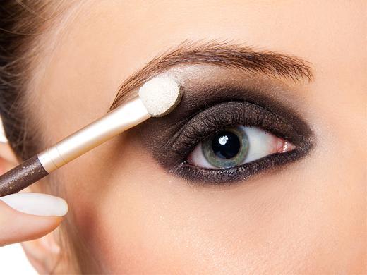 sombra de ojos - 12 Trucos De Belleza Que Harán Tu Vida Mas Fácil