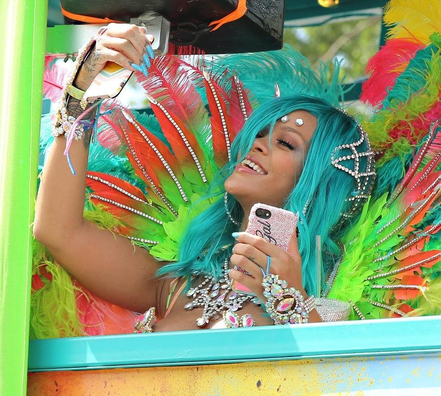 riri - El Impactante Look De Rihanna En El Carnaval