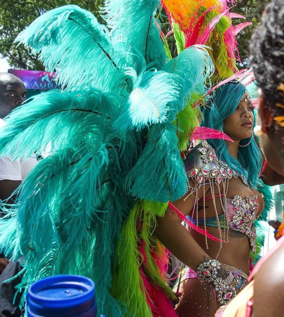 riri2 - El Impactante Look De Rihanna En El Carnaval