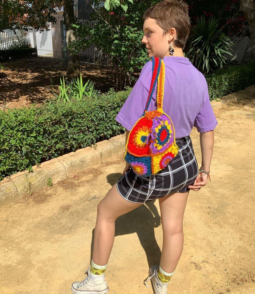 1612585366 681 40 fotos para combinar la pieza con tu look - 40 inspiraciones increíbles para que uses la mochila de crochet
