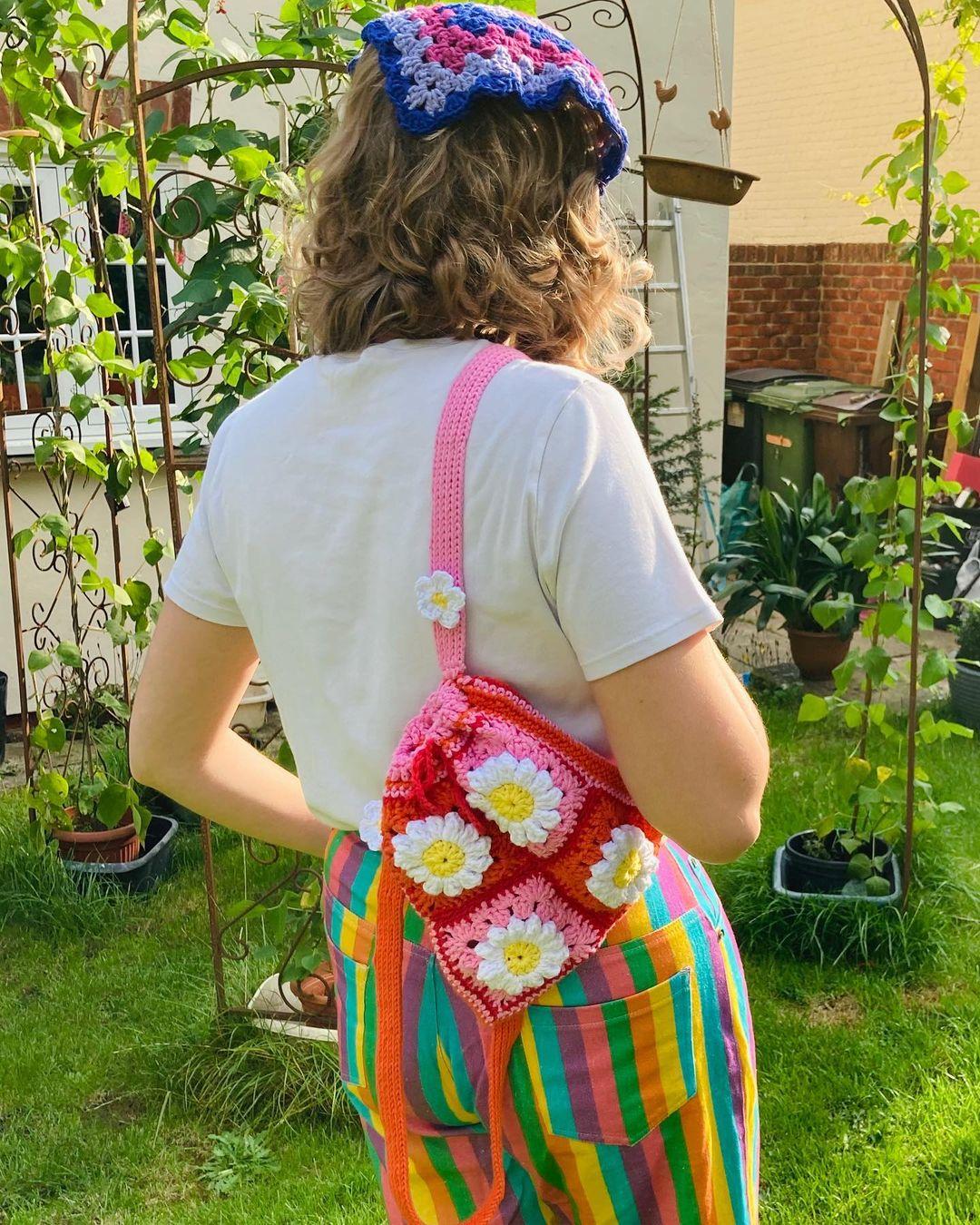 1612585366 980 40 fotos para combinar la pieza con tu look - 40 inspiraciones increíbles para que uses la mochila de crochet