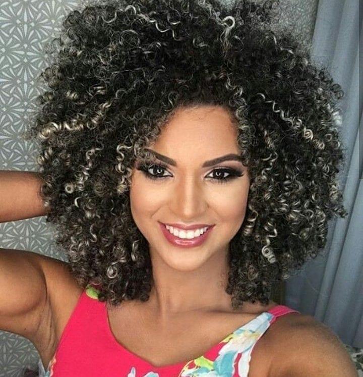 1612587984 972 10 increibles consejos sobre como cuidar el cabello rizado con - 10 increíbles consejos sobre cómo cuidar el cabello rizado con reflejos