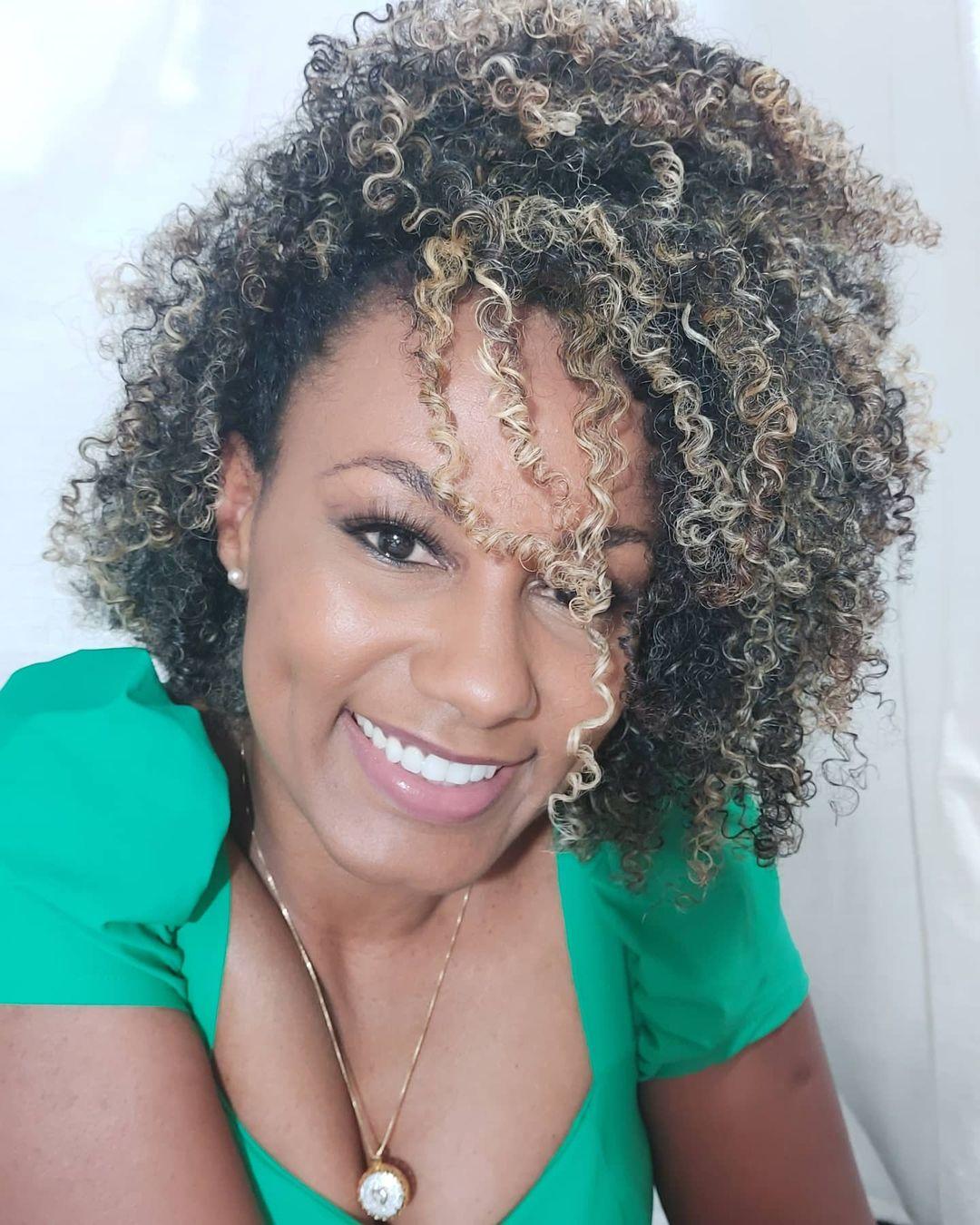 1612587985 374 10 increibles consejos sobre como cuidar el cabello rizado con - 10 increíbles consejos sobre cómo cuidar el cabello rizado con reflejos
