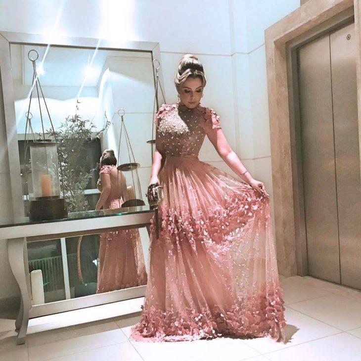1613158074 210 32 inspiraciones de vestidos de oro rosa llenas de elegancia - 32 Inspiradores vestidos rosas llenos de elegancia y estilo