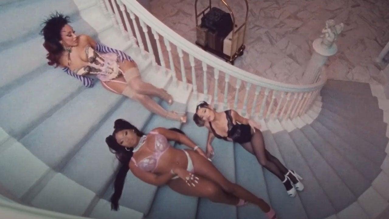 En este momento estás viendo Ariana Grande lanza un video Steamy '34 +35 Remix 'con Megan Thee Stallion y Doja Cat