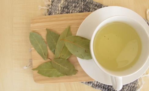 Lee más sobre el artículo Descubre los beneficios, contraindicaciones y recetas del té de laurel