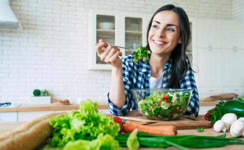 Lee más sobre el artículo Aprenda a desinflar rápidamente con 6 consejos de un nutricionista y recetas