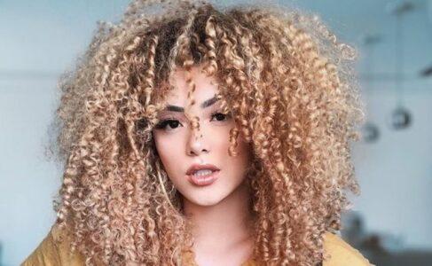 Lee más sobre el artículo 30 hermosas imágenes de corte en capas para cabello rizado