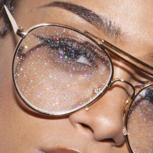 óculos com lente de glitter 300x300 - Miles de outfits que inspiraran tu dia