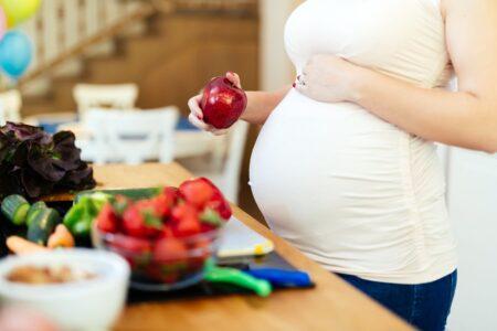 Lee más sobre el artículo ¿Qué comer durante el embarazo?  Alimentos que nutren a la madre y al bebé