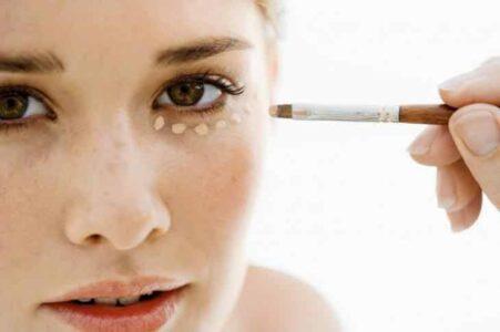 Lee más sobre el artículo Este truco muestra cómo puedes hacer un estiramiento facial con corrector