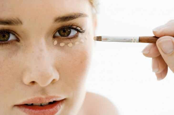 Este truco muestra cómo puedes hacer un estiramiento facial con corrector