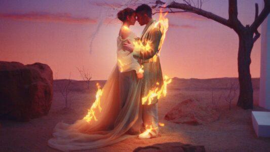 Lee más sobre el artículo Bad Bunny y Rosalía lanzan el romántico y ardiente video musical de 'La Noche De Anoche' – ¡Mira!