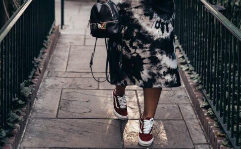 Lee más sobre el artículo 31 fotos inspiradoras de una falda con zapatillas para lucirse