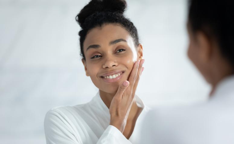En este momento estás viendo Descubre la práctica del yoga facial y todos sus beneficios.